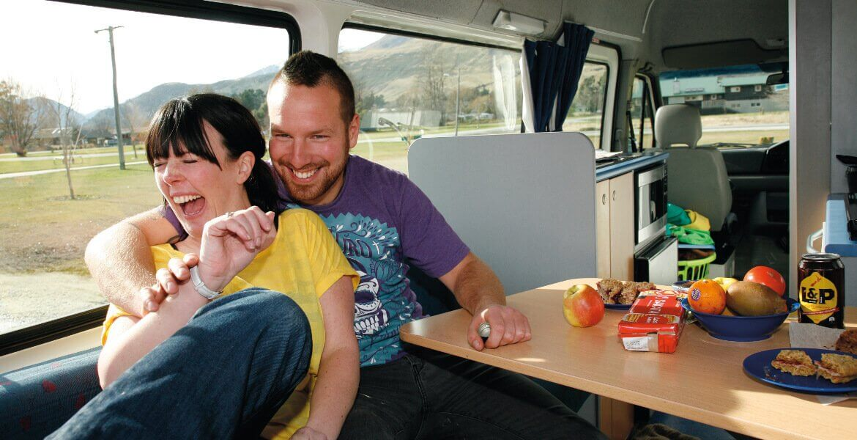 Lachendes Paar im Camper