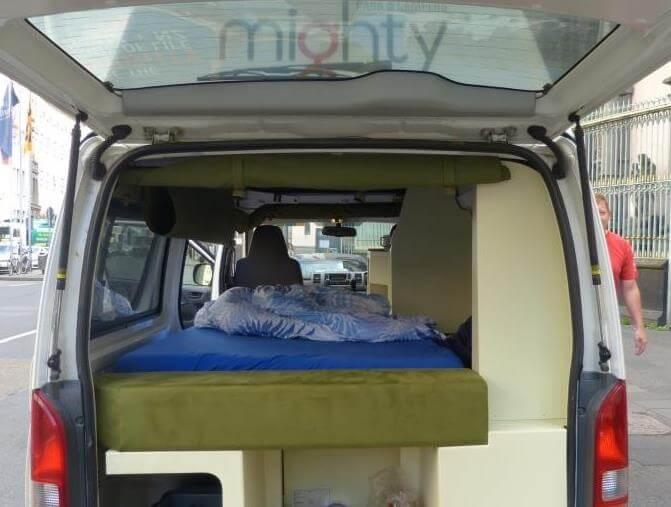 Klappbett für zwei Leute. Bettwäsche gibt's bei Mighty inklusive.
