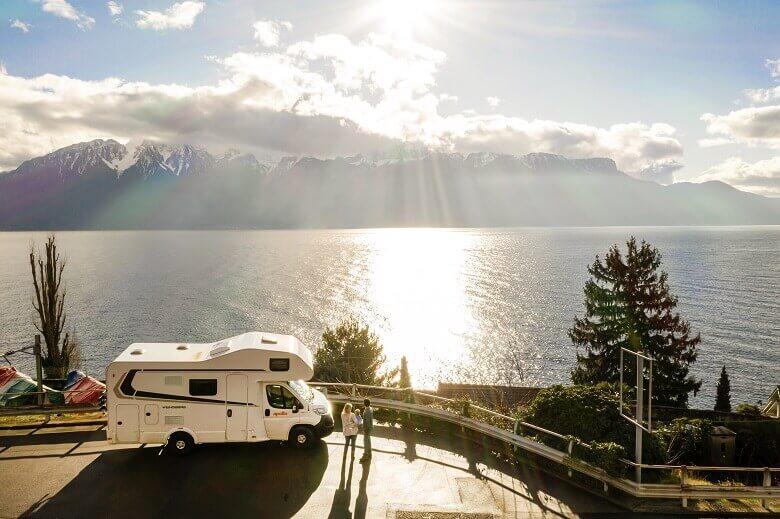 Wintercamping mit dem Wohnmobil mit Blick auf einen See