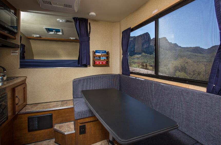 Sitzecke mit Tisch und großem Fenster