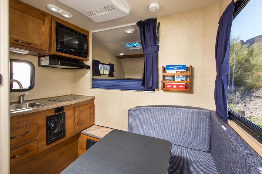 Sitzecke, Tisch, Küchenzeile und Blick auf die Alkoven-Nische