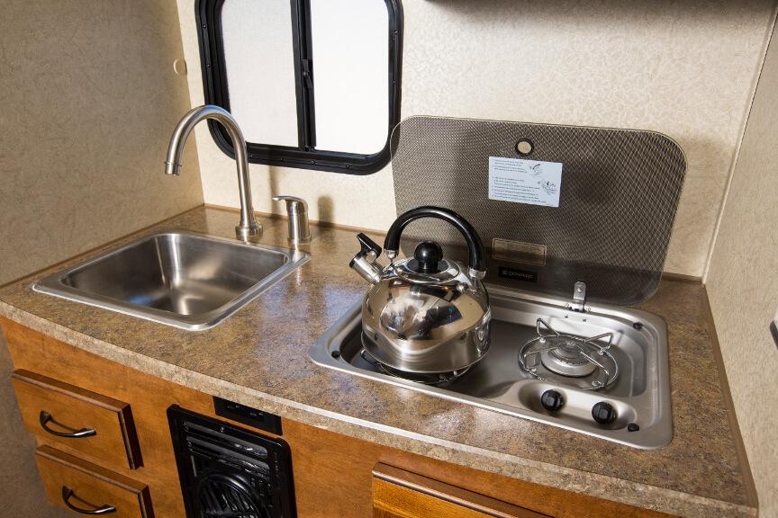 Küchenzeile mit Spülbecken und zwei Gaskochfeldern