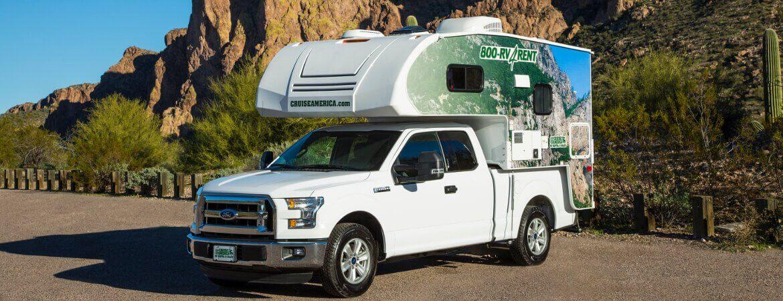 Das neue Cruise America T17-Modell vor einer hügeligen Landschaft.