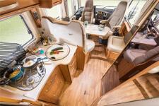 Fahrerkabine, Sitzecke und Küche im rent easy Active First