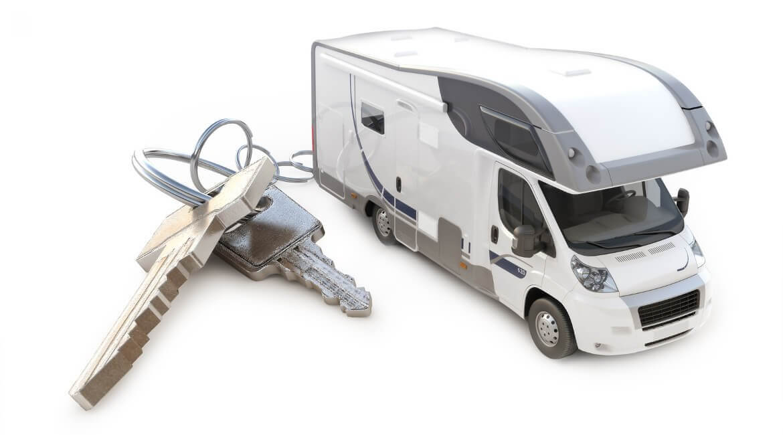 Alkoven-Wohnmobil und Fahrzeugschlüssel