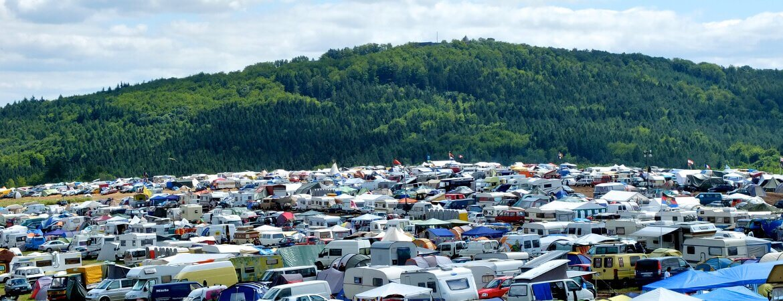 Campingplatz mit vielen Wohnmobilen und Caravans