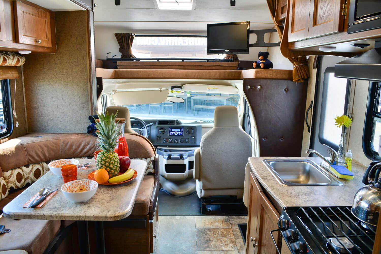 Fahrerkabine, Alkoven-Bett, Sitzecke und Küchenzeile