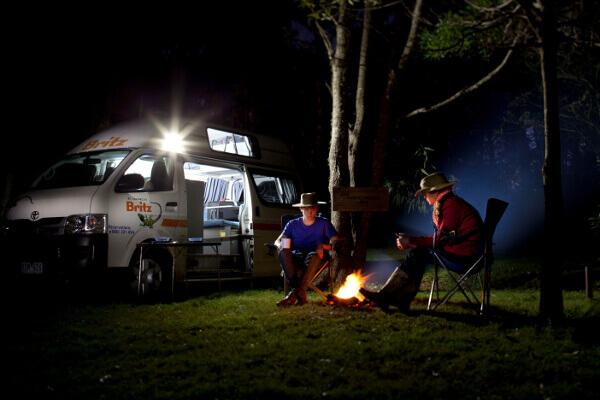 Camper mit Lagerfeuer nachts in Neuseeland