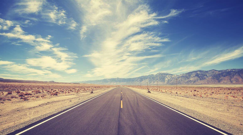 Einsame Straße auf einer Rundreise an der Westküste der USA