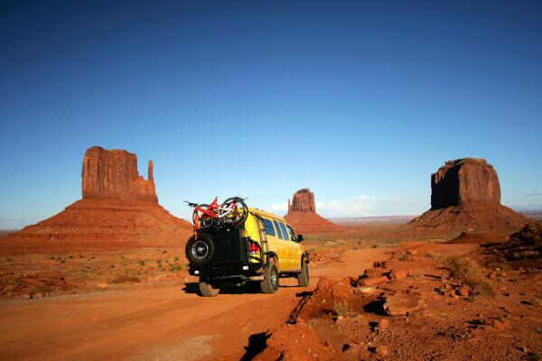 4WD Fahrzeug mitten im Monument Valley