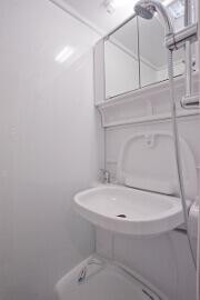 Badezimmer im Wohnmobil inklusive WC und Dusche