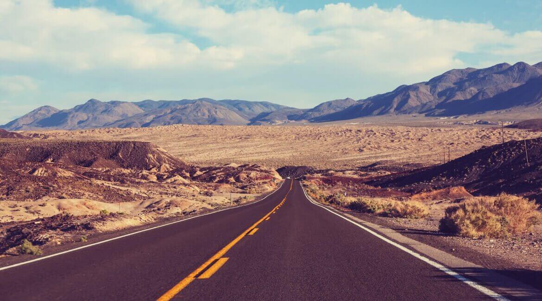 USA Roadtrip auf einer einsamen Straße