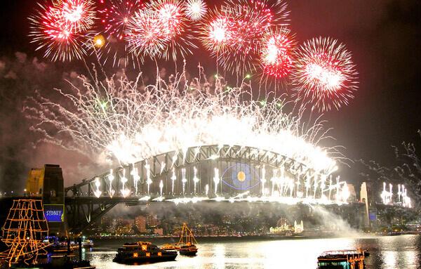 Silvester-Feuerwerk im Hafen von Sydney mit der beleuchteten Harbour Bridge