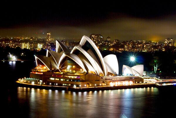 Das beleuchtete Opera House in Sydney bei Nacht
