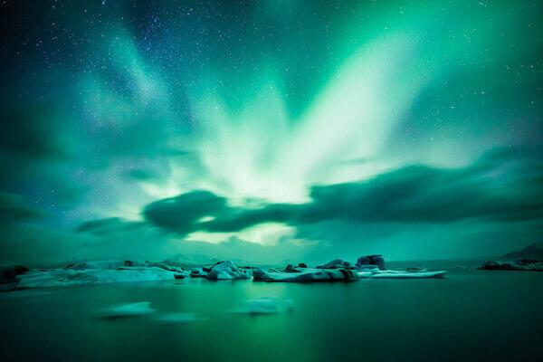 Gletschersee Jökulsárlón bei Nacht und Polarlichter