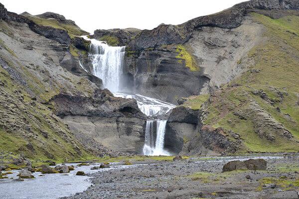 Der Wasserfall Ófærufoss mitten in der Eldgjá-Schlucht