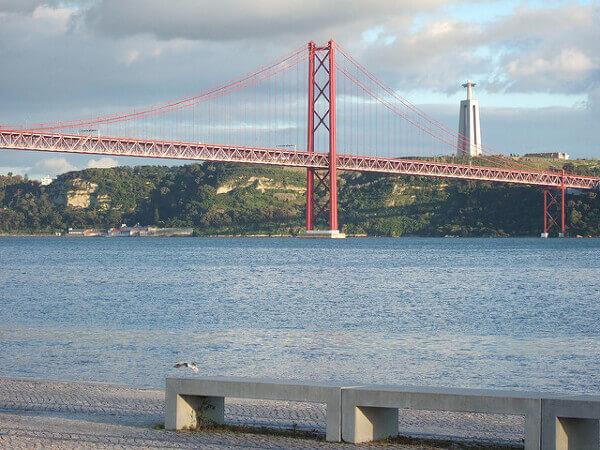 Die Brücke Ponte 25 de Abril mit der Cristo Rei Statue im Hintergrund