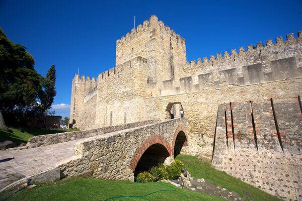 Eingang und Mauern des Castelo de São Jorge