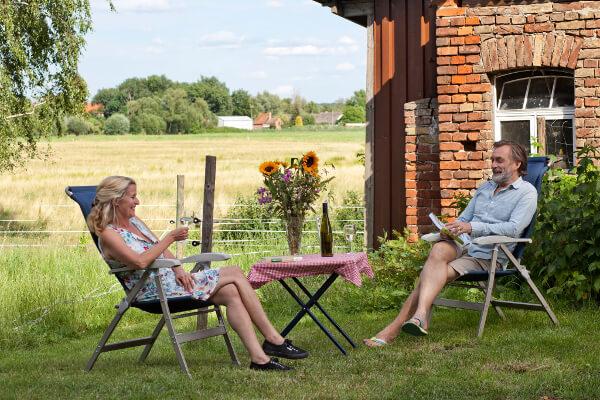 Ein Ehepaar beim Essen auf einer Farm
