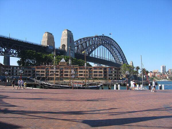 Blick auf die Sydney Harbour Bridge im Stadtviertel The Rocks