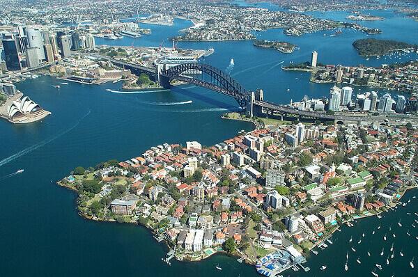Blick von oben auf Sydneys Hafen und die Harbour Bridge