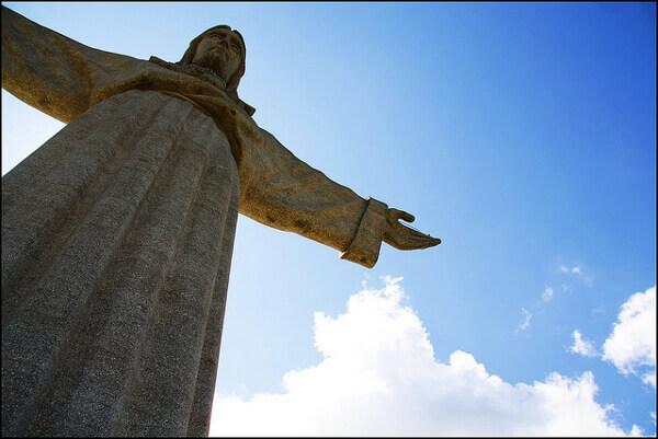 Blick auf die Cristo Rei Statue in Lissabon