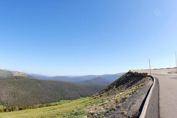 Ausblick über Bäume und Berge von der Trail Ridge Road aus