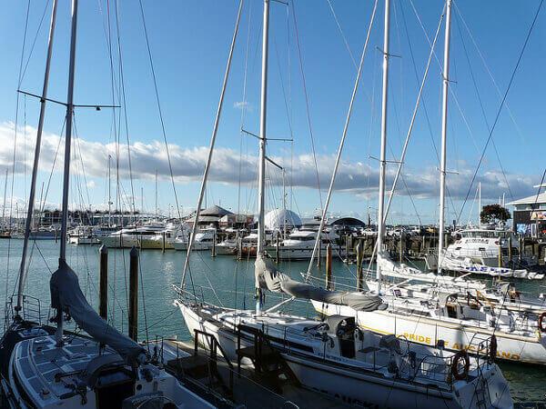 Schiffe und Boote im Hafen von Auckland