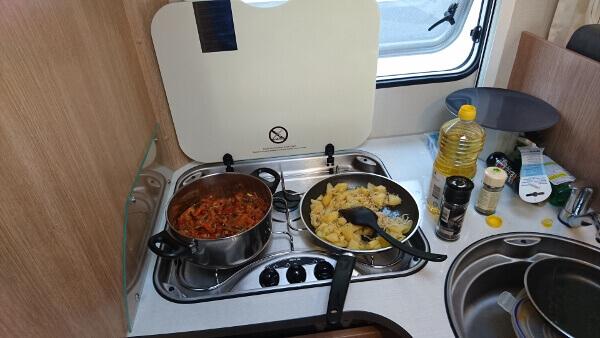 Selbst gekochtes Abendessen im Wohnmobil
