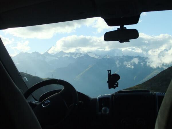 Aussicht auf der Passhöhe aus dem Wohnmobil heraus
