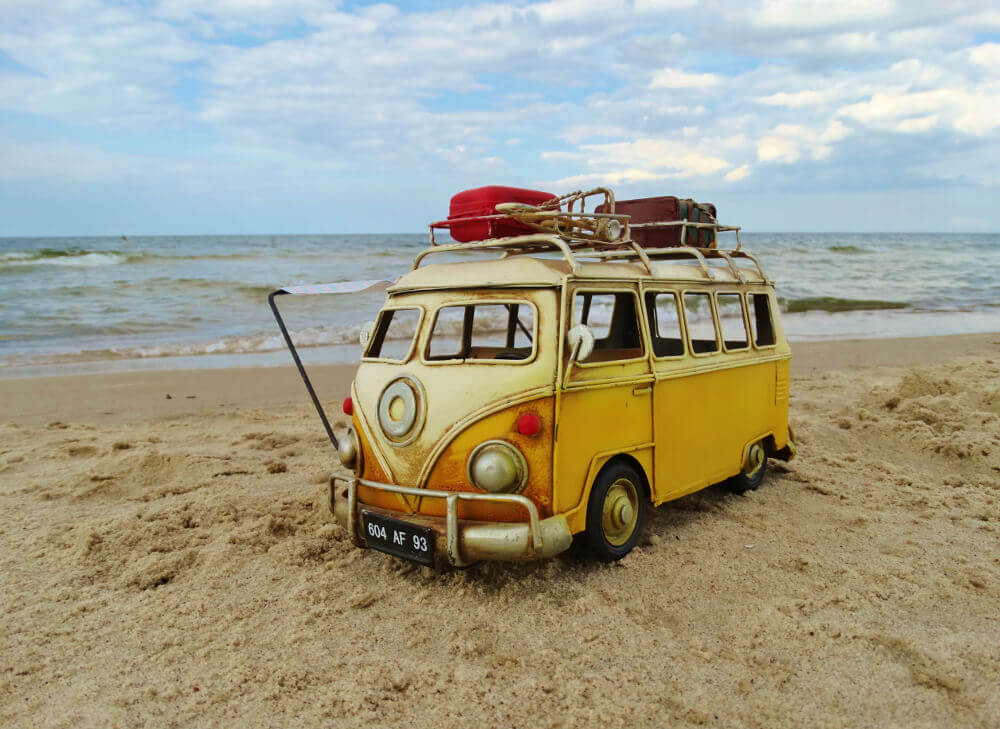 VW Bus Deko-Wagen am Strand