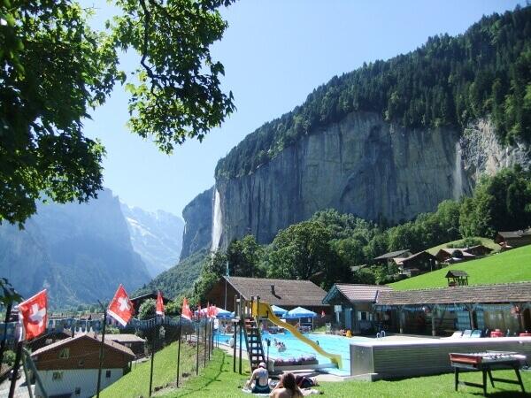 Freibad in Lauterbrunnen mit Bergen im Hintergrund