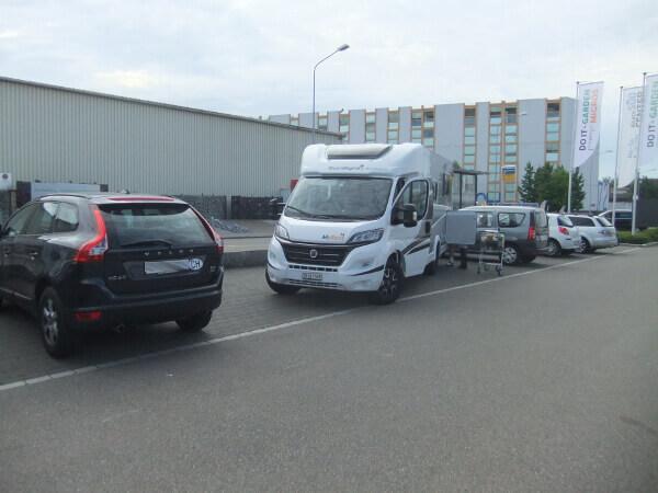 Wohnmobil auf Parkplatz