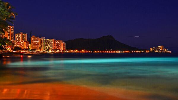 Waikiki Beach bei Nacht