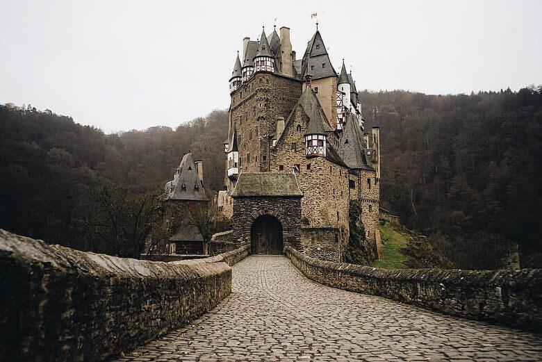 Steinbrücke und Eingangspforte zur Burg Eltz
