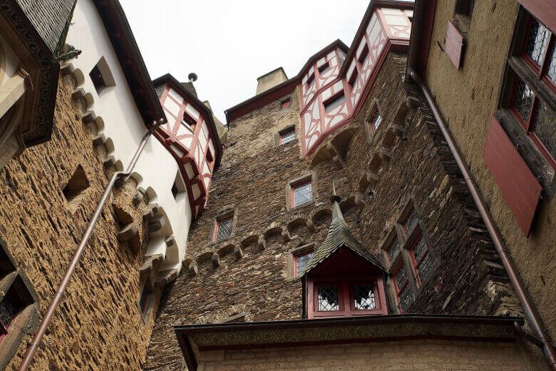 Fassade mit Fachwerk innerhalb der Burg