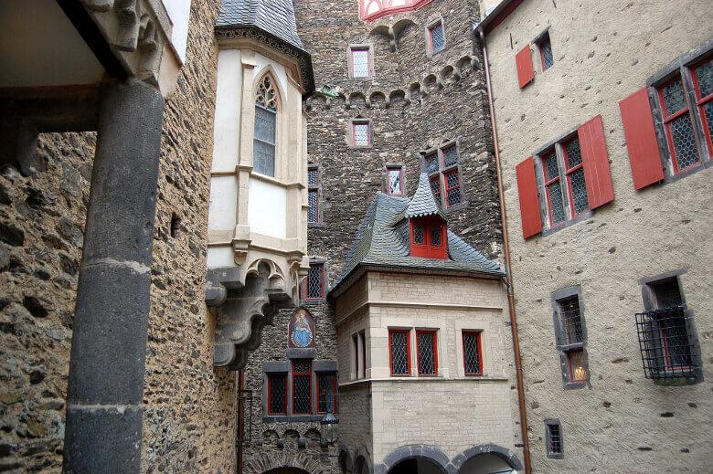 Unterschiedliche Fassaden innerhalb der Burg Eltz