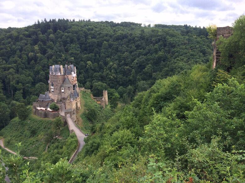Aussicht von oben auf die Burg Eltz