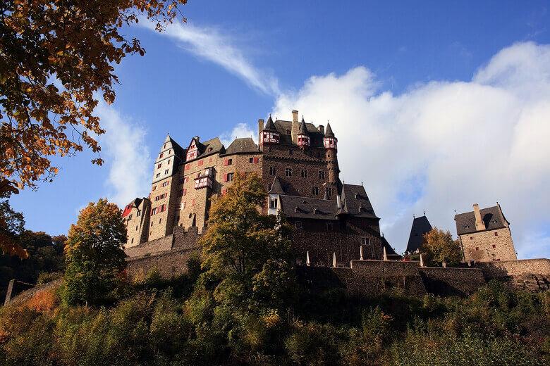 Burg Eltz aus einer niedrigeren Position betrachtet