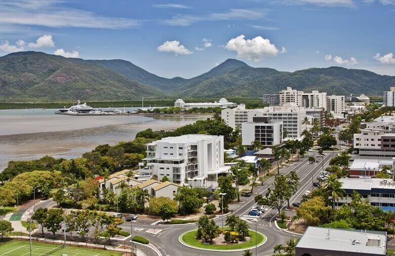 Blick über die Stadt Cairns an der Ostküste von Australien