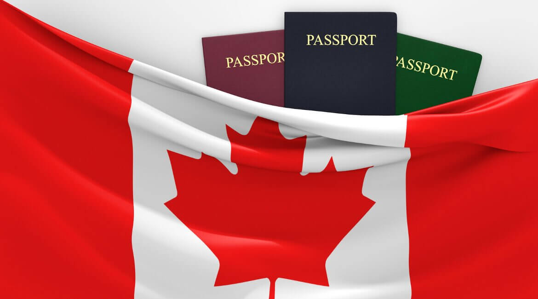 Kanadische Flagge und drei Reisepässe