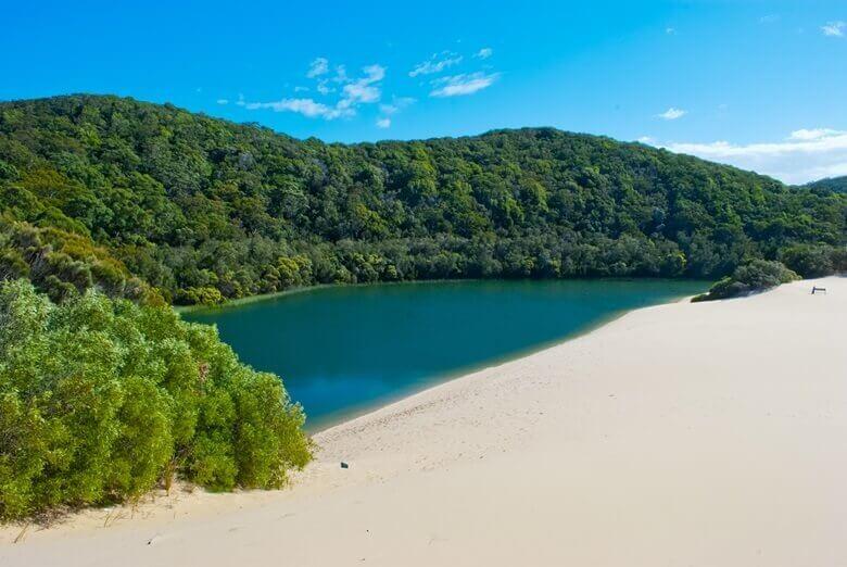 Binnensee, Strand und Bäume auf Fraser Island in Australien