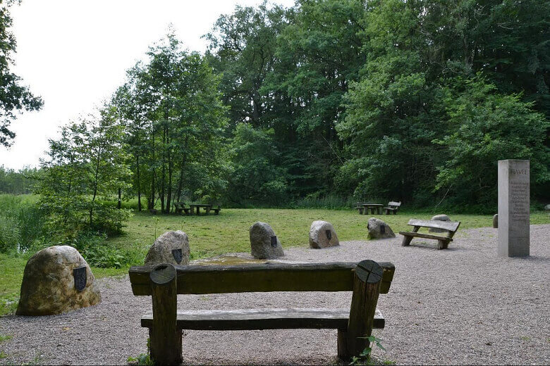 Rastplatz mit Bänken mitten in der Natur