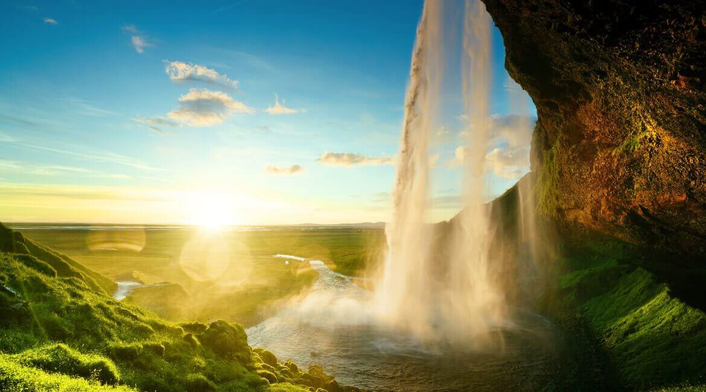 Wasserfall, Wiesen und Sonne in Island