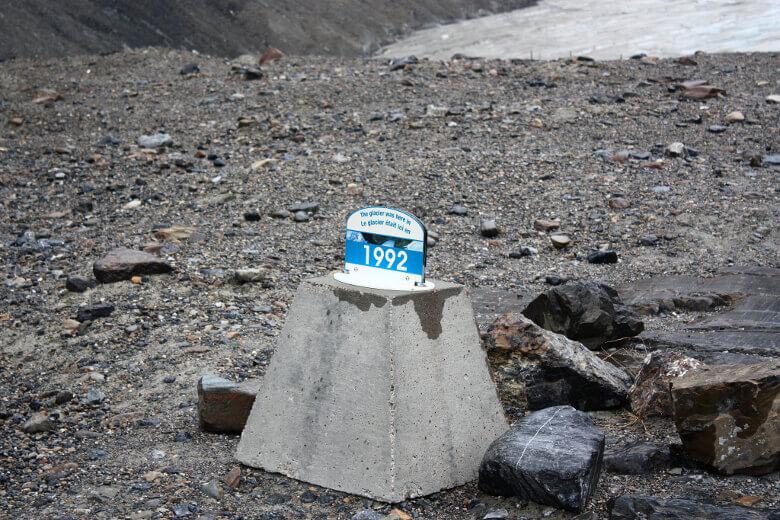 Schild zeigt dramatischen Rückgang des Athabasca Gletschers seit 1992
