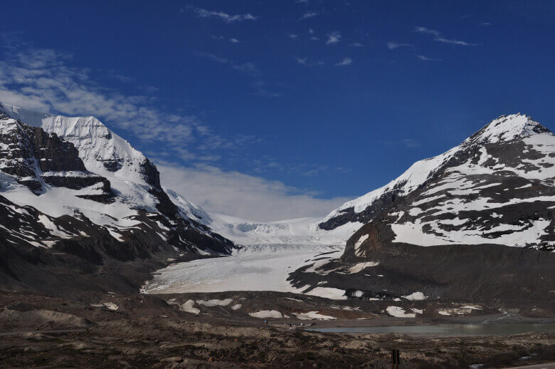 Der gewaltige Athabasca Gletscher umrahmt von verschneiten Bergen