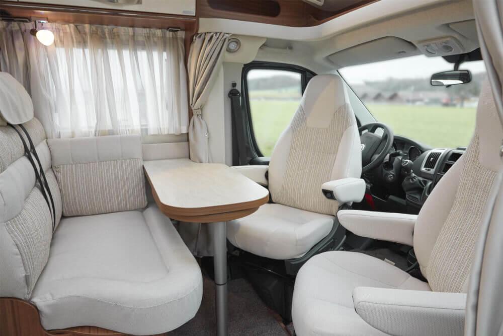 Fahrerhaus und Sitzbereich im HYMER Van