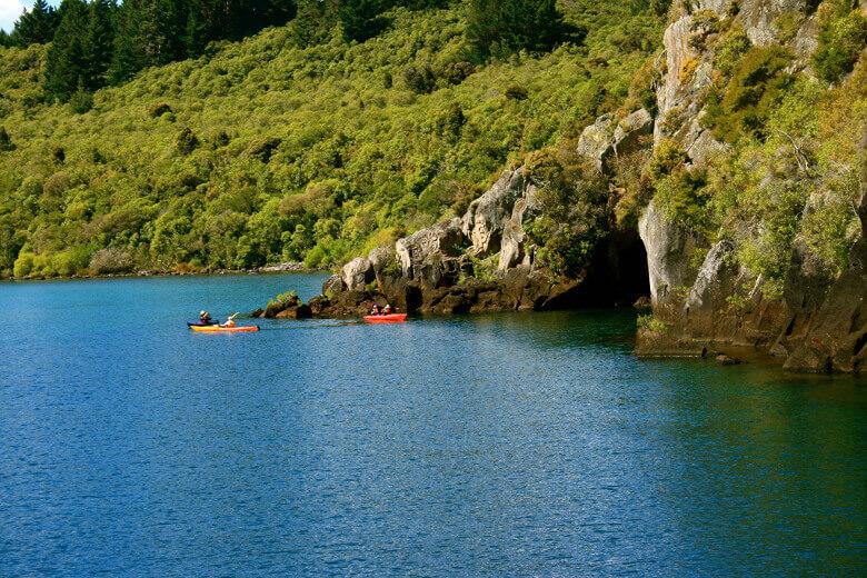 Mit einem Kajak zu einer Höhle im Lake Taupo