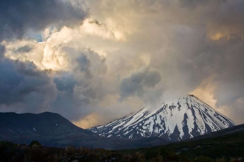 Blick auf den verschneiten Mount Ngauruhoe vom Tongariro National Park aus