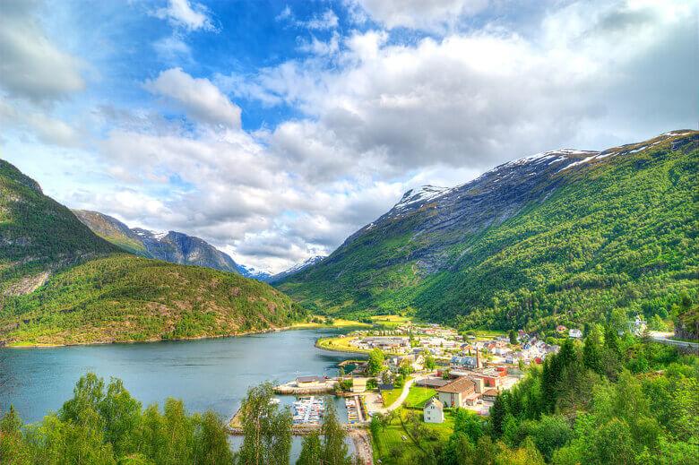 Norwegische Stadt im Sommer